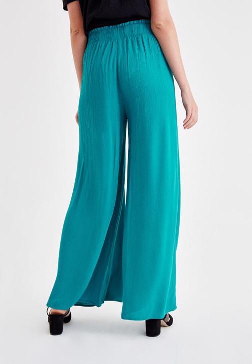 Siyah Bluz ve Yeşil Pantolon Kombini