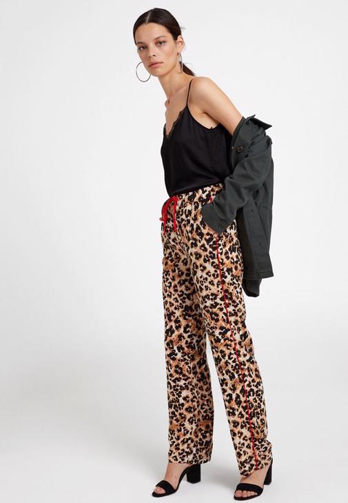 Leopar Desenli Pantolon ve Dantel Detaylı Bluz Kombini
