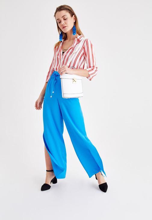 Mavi Pantolon ve Çizgili Gömlek Kombini