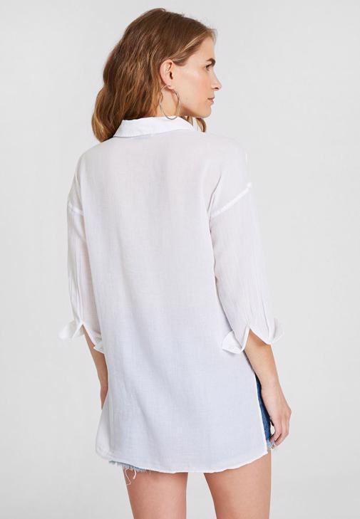 Beyaz Gömlek ve Jean Şort Kombini