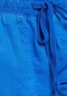 Lastik Detaylı Mavi Jogger ve Beyaz Tişört Kombini