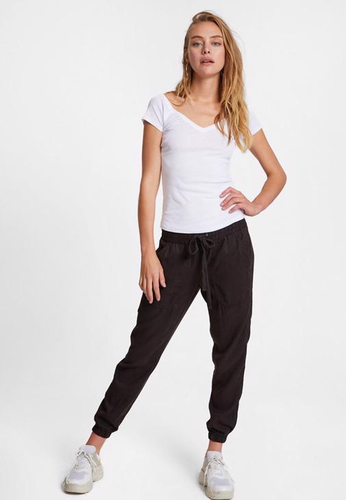 Lastik Detaylı Siyah Jogger ve Beyaz Tişört Kombini
