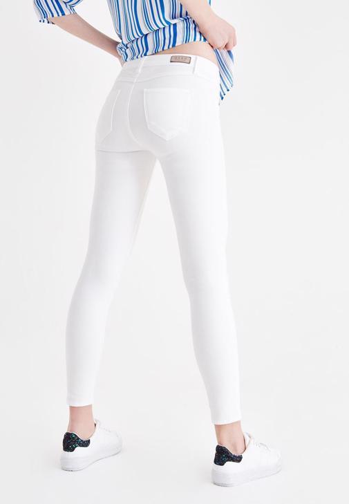 Çizgili Gömlek ve Beyaz Pantolon Kombini