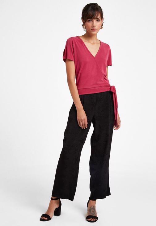 Bağlamalı Tişört ve Pilili Pantolon Kombini
