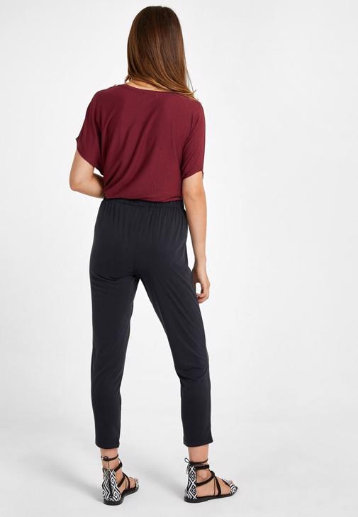 Orta Bel Pantolon ve Asimetrik Kesim Bol Tişört Kombini