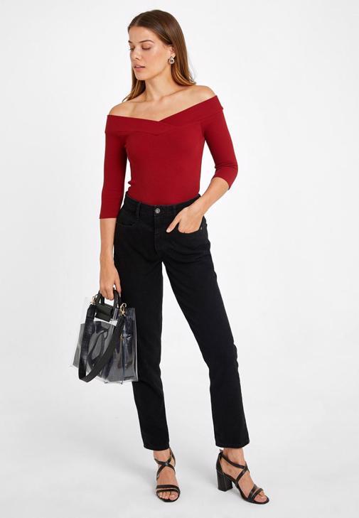 Omuzları Açık Bluz ve Yüksek Bel Mom Jean Kombini