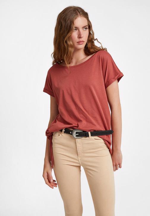 Bot Yaka Tişört ve Yüksek Bel Pantolon Kombini