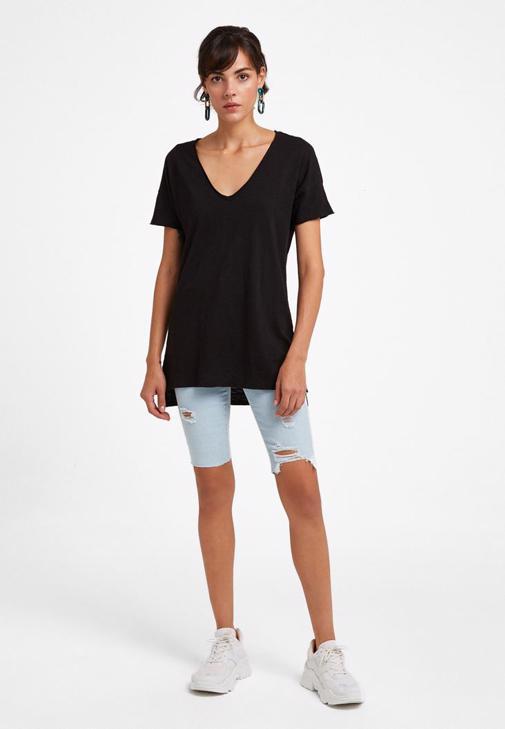 V Yaka Tişört ve Yüksek Bel Pantolon Kombini
