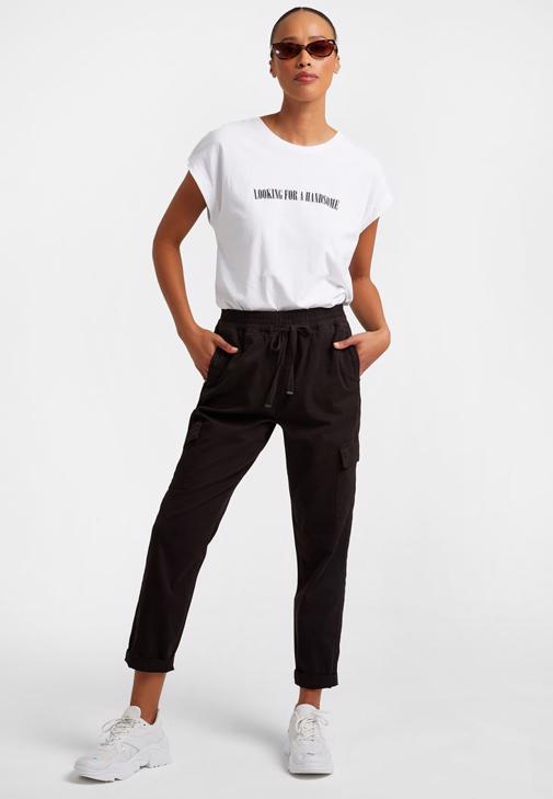 Kargo Pantolon ve Baskılı Tişört Kombini