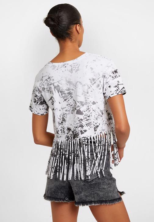 Kısa Tişört ve Denim Şort Kombini