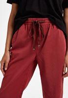 Bağlamalı Pantolon ve Kesik Tişört Kombini
