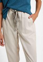 Bağlamalı Pantolon ve Kesikli Tişört Kombini