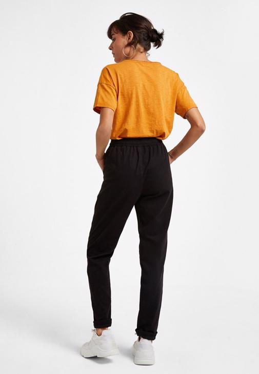 Bağlamalı Pantolon ve V Yaka Tişört Kombini