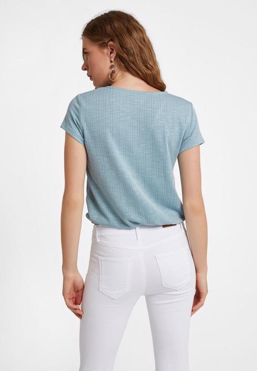 Bağlamalı V Yaka Tişört ve Yüksek Bel Pantolon Kombini