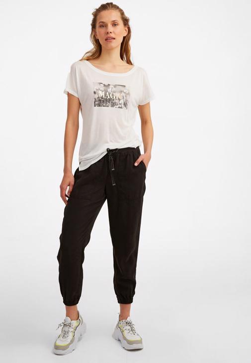 Jogger Pantolon ve Kesik Detaylı Tişört Kombini