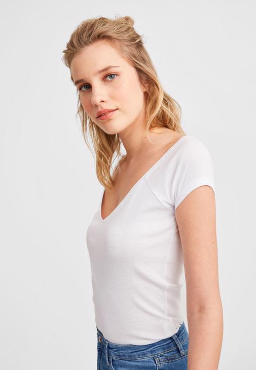 V Yaka Tişört ve Paça Detaylı Pantolon Kombini