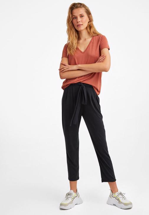 Dokulu Tişört ve Orta Bel Pantolon Kombini