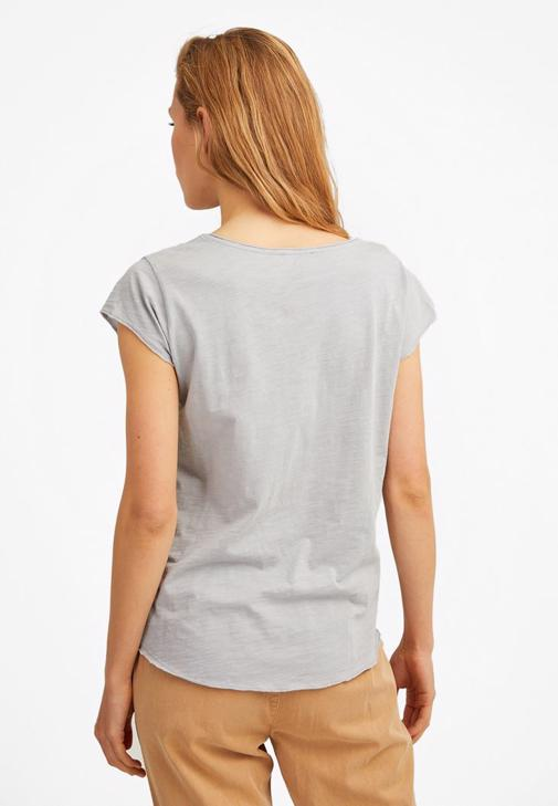 V Yaka Tişört ve Yüksek Bel Jean Kombini