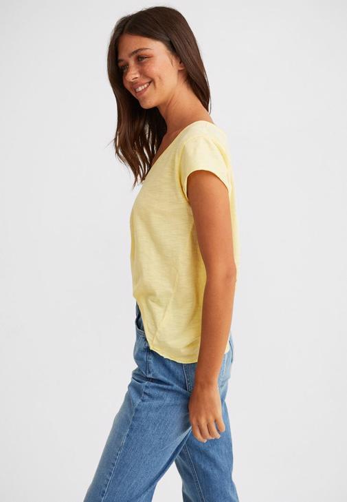 V Yaka Tişört ve Mom Jeans Kombini