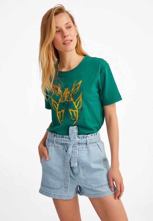 Baskılı Tişört ve Kot Şort Kombini
