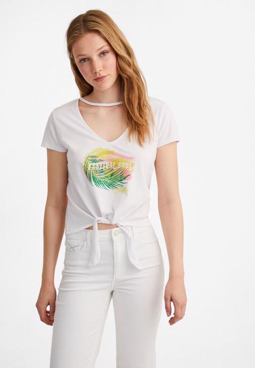 Baskılı Tişört ve Beyaz Pantolon Kombini