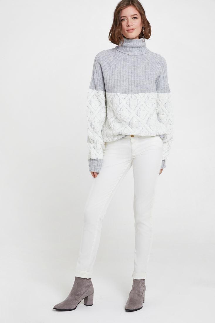 Beyaz Pantolon ve Gri Boğazlı Triko Kombini