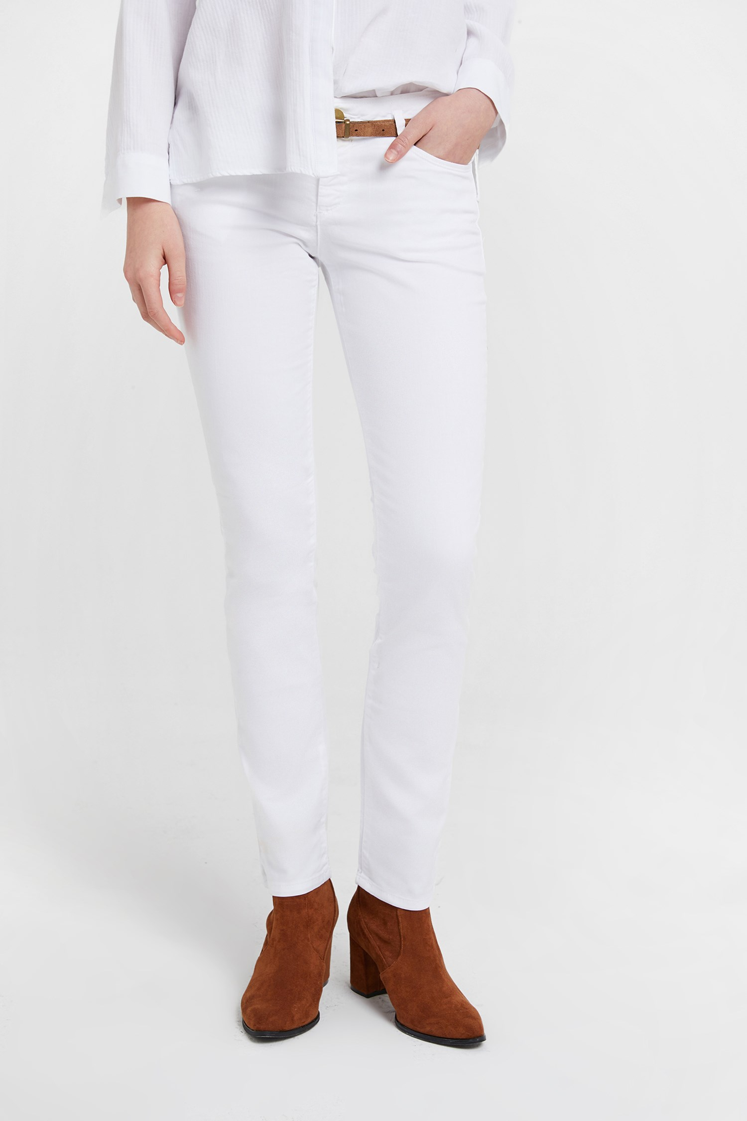 Women White Low Rise Trousers with Belt
