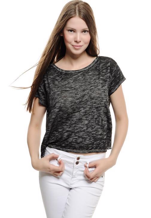Siyah Dökümlü Kısa Tişört