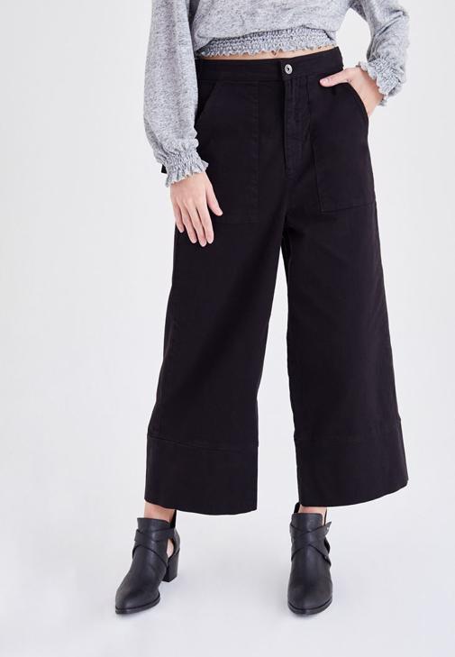Siyah Bol Kesim Kısa Paça Pantolon