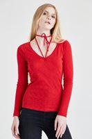 Bayan Kırmızı Biye Detaylı Tişört