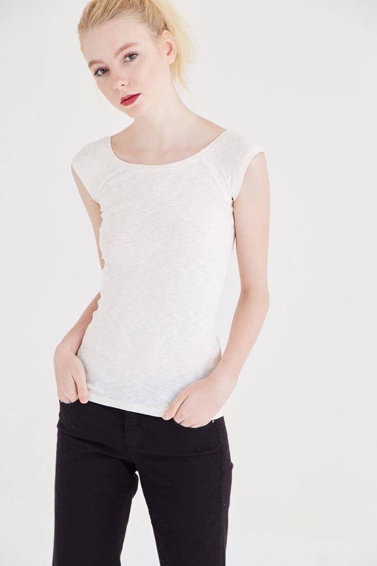 Krem Bot Yaka Kısa Kollu Tişört