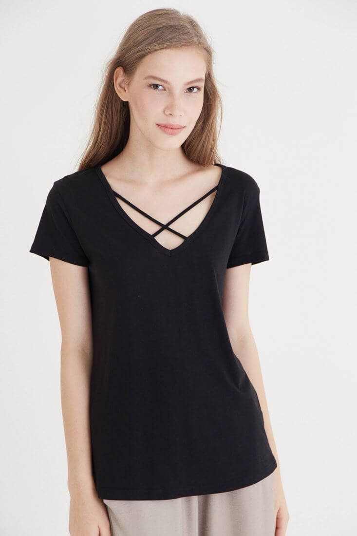 Bayan Siyah Çapraz Bant Detaylı Tişört