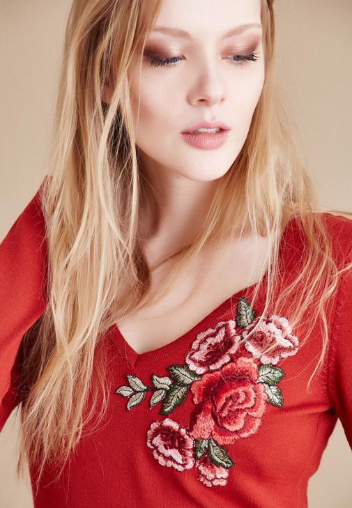 Turuncu V Yaka Çiçek İşlemeli Kazak