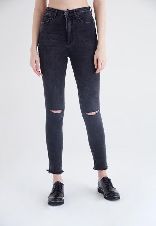 Siyah Yırtık Dizli Kesik Paçalı Kot Pantolon