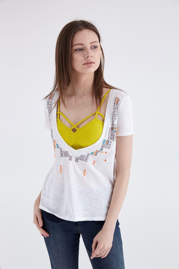Beyaz Geometrik Nakış İşlemeli V Yaka Tişört