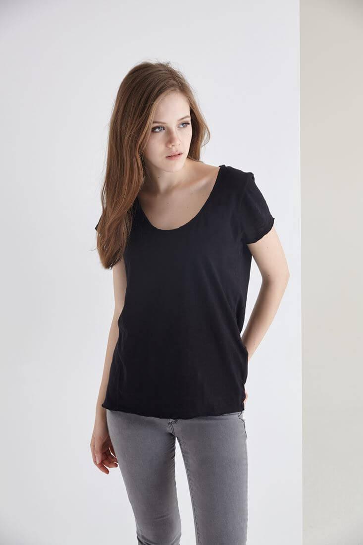 Bayan Siyah U Yaka Pamuklu Tişört