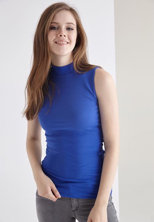 Mavi Boğazlı Sıfır Kollu Tişört