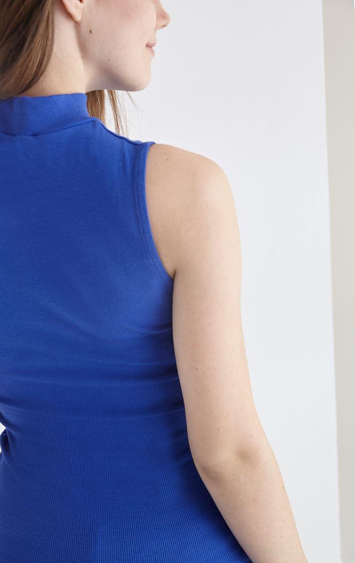 Bayan Mavi Boğazlı Sıfır Kollu Tişört