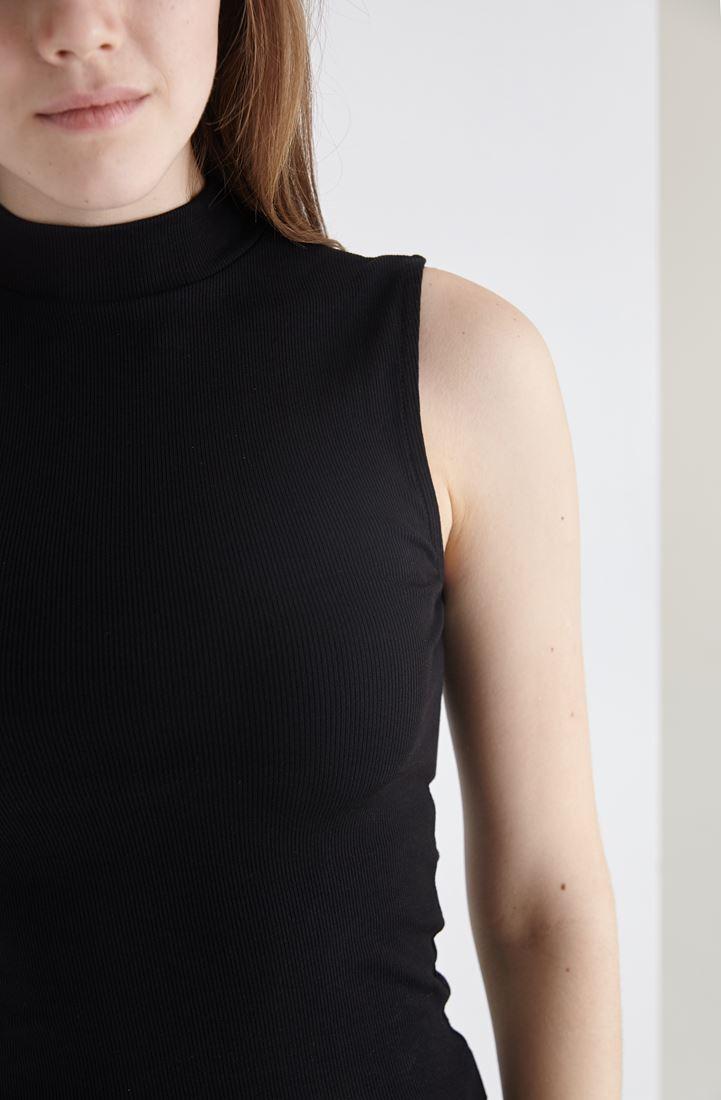 Bayan Siyah Boğazlı Sıfır Kollu Tişört