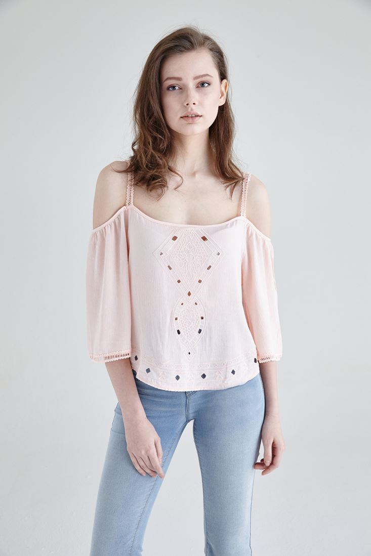 Pembe Dökümlü Delik Detaylı Bluz
