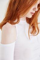 Bayan Beyaz Omuzları Pencereli Tişört