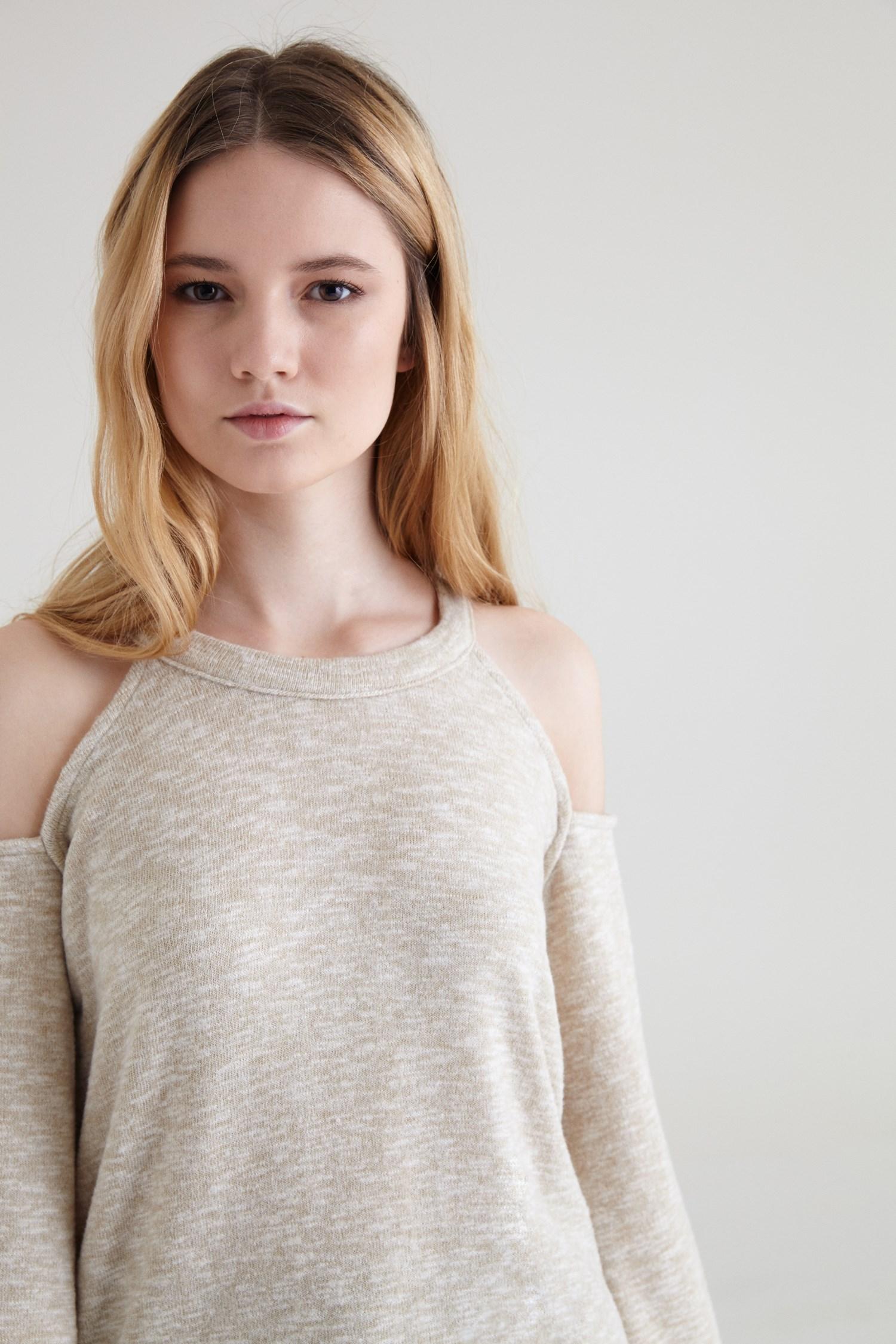 Bayan Krem Omuz Detaylı İspanyol Kollu Tişört