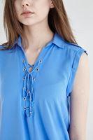 Bayan Mavi Bağcık Detaylı Sıfır Kollu Bluz