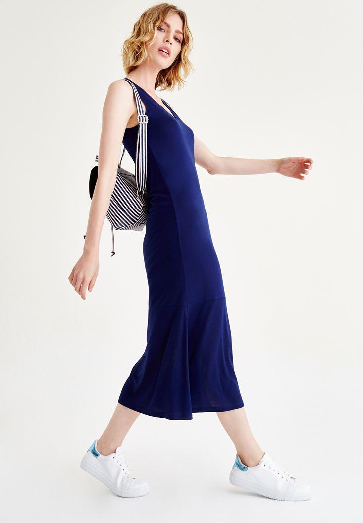 Mavi Uzun Elbise ve Çizgili Çanta Kombini
