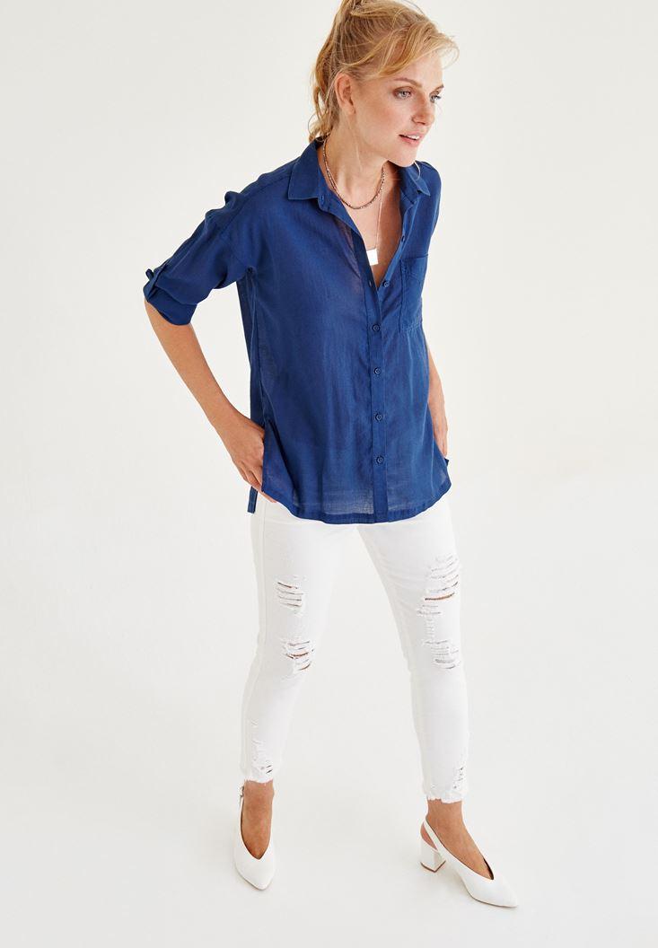 Mavi Gömlek ve Beyaz Denim Pantolon Kombini