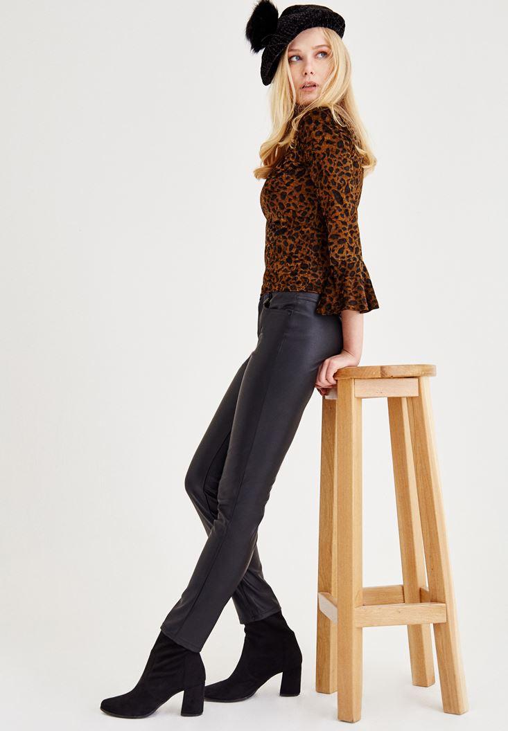 Desenli Bluz ve Deri Pantolon Kombini