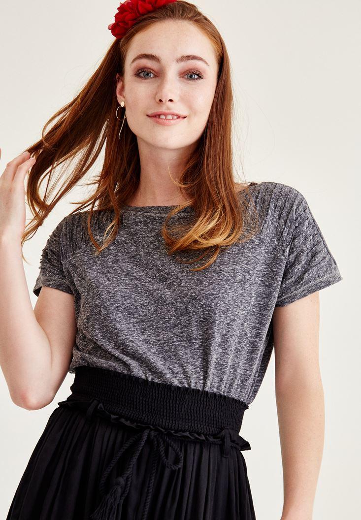 Siyah Omuz Detaylı Yarım Kollu Tişört