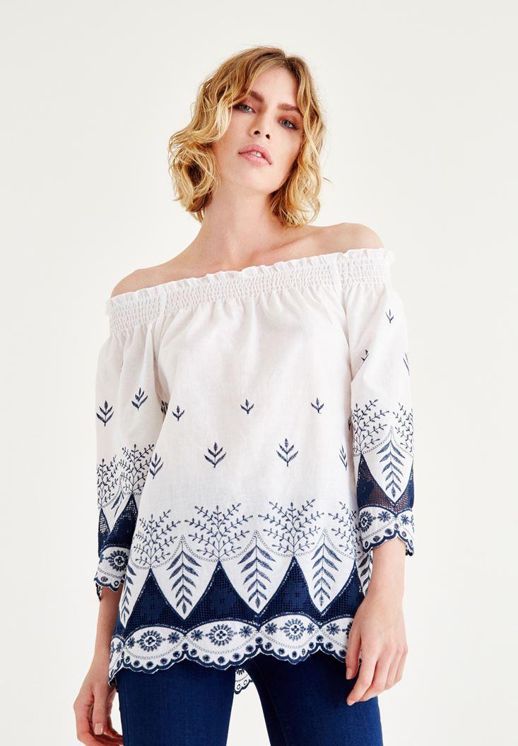 Beyaz İşlemeli Düşük Omuzlu Bluz