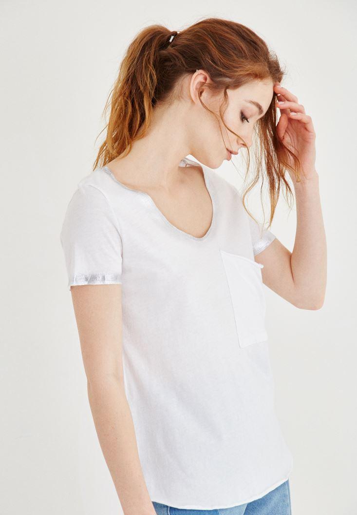 Beyaz Metalik Baskılı Cepli Tişört