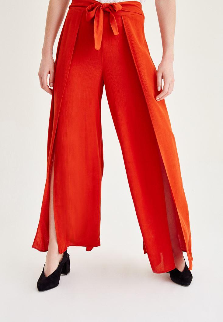 Kırmızı Yırtmaç Detaylı Pantolon